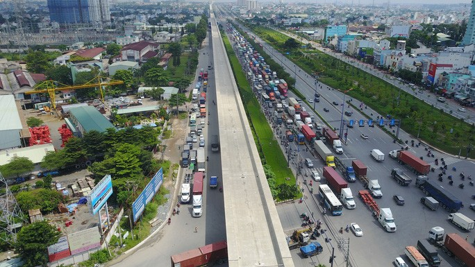Dự án mở rộng xa lộ Hà Nội qua địa bàn TP HCM cơ bản thông suốt, giảm tải đáng kể áp lực giao thông. Tuy nhiên, nhiều đoạn còn vướng mặt bằng, đặc biệt là đoạn qua tỉnh Bình Dương.