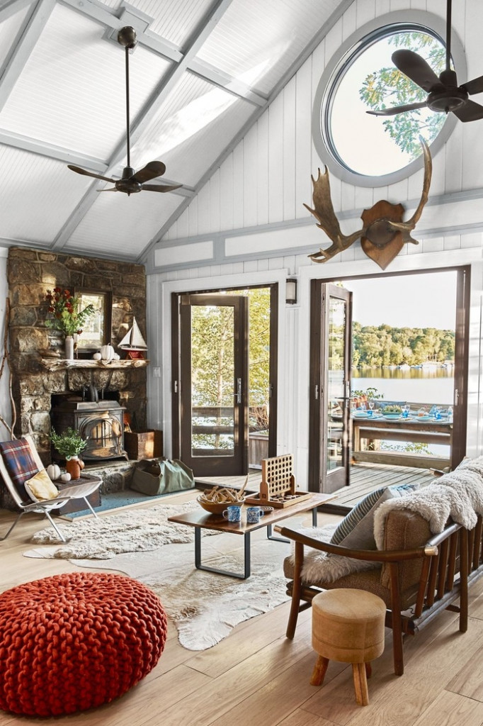 Bạn có thể trang trí nhà bằng cách lắp đặt cửa sổ lớn hoặc cửa ra vào. Sơn tường và trần nhà màu sáng giúp phòng khách sáng và ấm cúng hơn.