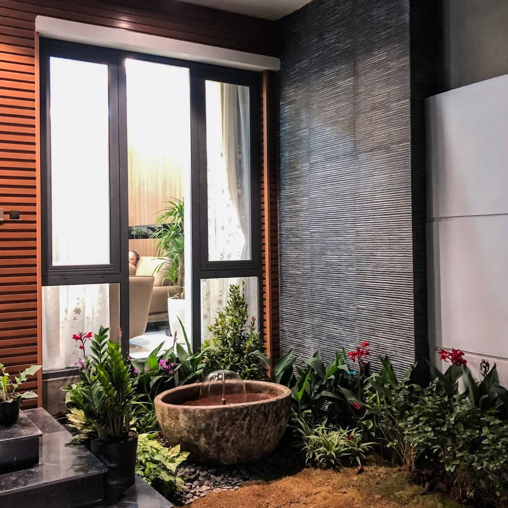 Một đài phun nước nhỏ được bố trí ở góc vườn vừa tăng thêm tính thẩm mỹ lại có ý nghĩa phong thủy