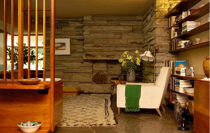 Nội thất trong nhà được làm từ vật liệu gần gũi thiên nhiên giúp cân bằng với ý tưởng kiến trúc hiện đại.