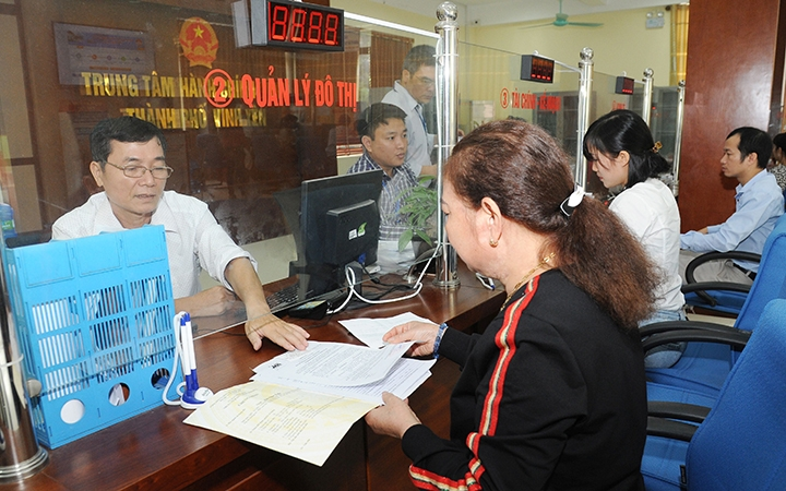 Nhân viên Trung tâm hành chính TP Vĩnh Yên (Vĩnh Phúc) giải quyết thủ tục xây dựng cho người dân. Ảnh: Trần Lâm