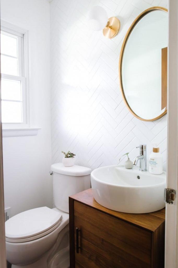 Đừng lựa chọn quá nhiều màu cho phòng tắm nhỏ khi bạn chưa thể nắm bắt hết được cách sử dụng màu sắc. Cách đơn giản nhất là bạn chọn nền màu trắng, vật dụng màu trắng. Hãy lựa chọn viền gương và chân đế đèn cùng tông màu để tăng thêm điểm nhấn thu hút cho căn phòng.