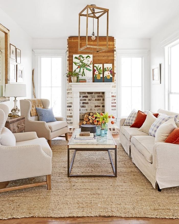 Muốn có phòng khách mộc mạc bạn hãy bắt đầu với các vật liệu khai hoang. Trong ngôi nhà này, chủ nhà đã lấy gỗ thông tìm được làm sàn và sử dụng những viên gạch lát đường cũ để tạo lò sưởi.