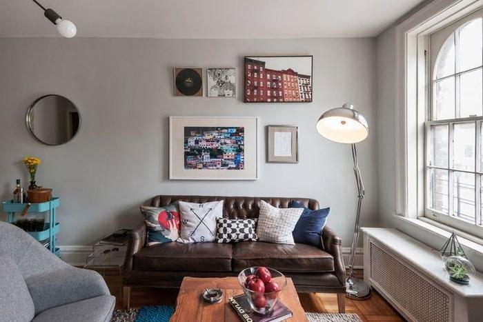 Với căn phòng nhỏ này, bạn có thể kết hợp một chiếc ghế sofa mini với một chiếc đèn bàn có kích thước khổng lồ. Tấm thảm trên sàn tối màu cực hợp với phong cách tối giản.