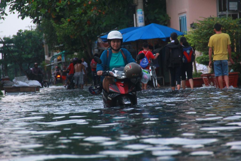 Đợt triều cường cao bất thường vào đầu tháng 10 vừa qua vẫn còn làm nhiều người dân ngán ngẩm. Mực nước dâng cao khiến cho nhiều khu vực như: Thảo Điền (Quận 2), Thanh Đa (Bình Thạnh),…bị ngập sâu trong nước. (ảnh: Xuân Trường).