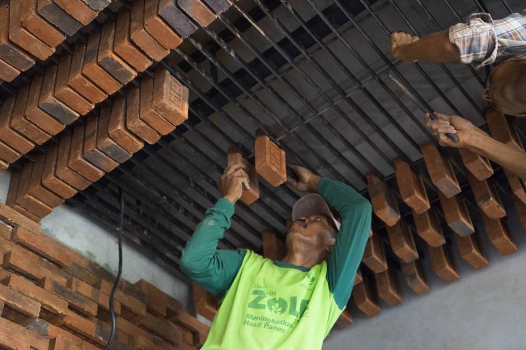 Những người thợ thi công đang gia cố trần nhà bằng gạch