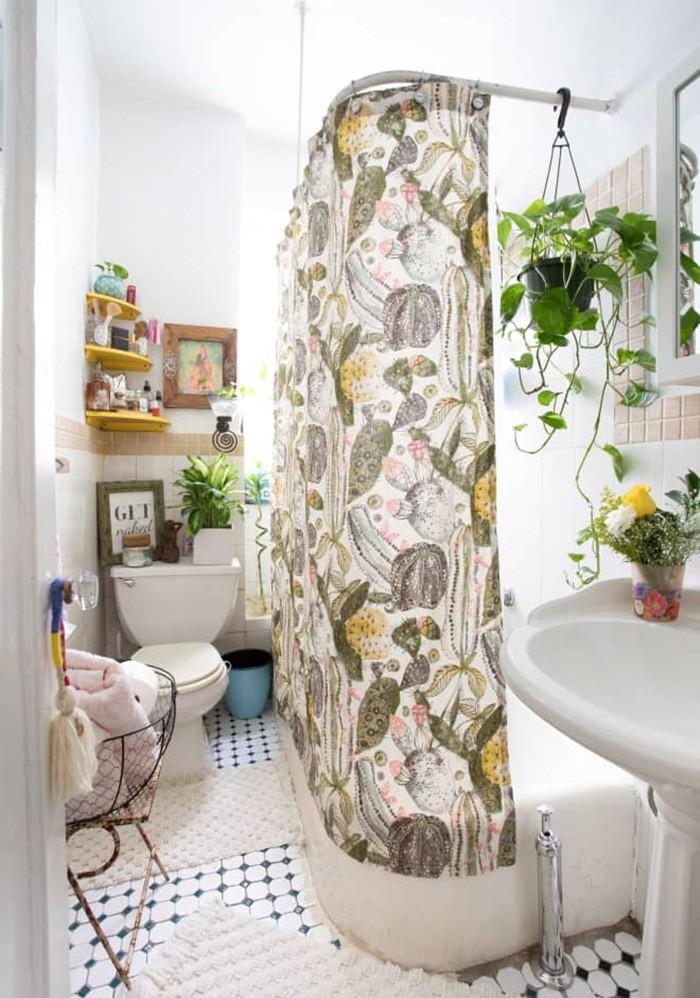 Bên cạnh việc trang trí nhà tắm với cây và hoa, bạn có thể chọn tấm rèm với họa tiết có tông màu cỏ cây, thiên nhiên để không gian thư giãn thêm sinh động, đẹp mắt.
