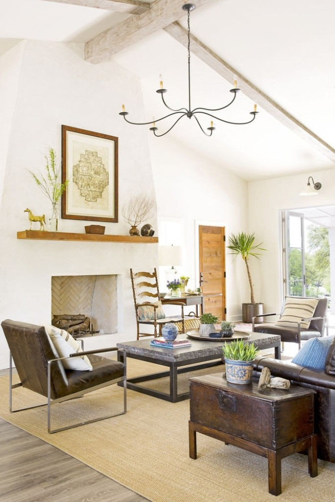 Mộc mạc không có nghĩa là tối. Trong ngôi nhà này, nhà thiết kế Lisa Hilderbrand đã tạo ra một phòng khách thoáng mát, mộc mạc bằng cách lắp đặt một lò sưởi bằng vữa mới và sàn gỗ, đồ nội thất bằng da, cây cối và bàn cà phê bằng đá.
