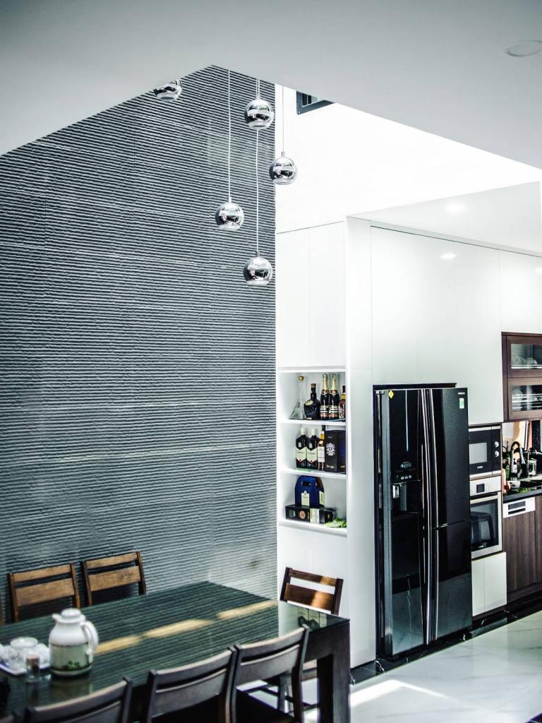 Các bề mặt gỗ, gạch giả đá, cây xanh… được ứng dụng cho mặt tiền cũng được bố trí xen kẽ cho nội thất để tạo mối liên kết không gian