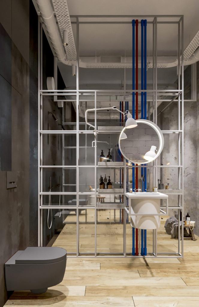 Bức tường khung kim loại phân chia hai khu vực nhà tắm.