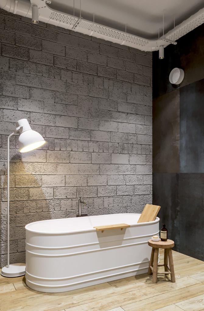 Bồn tắm bằng sứ màu trắng được kết hợp hoàn hảo với sàn lát bằng gỗ.