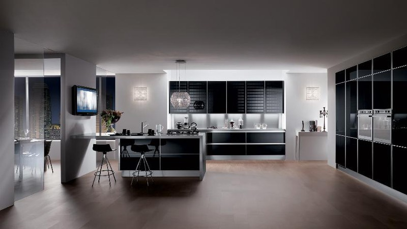 Ánh sáng giúp tủ bếp màu đen không bị tối.