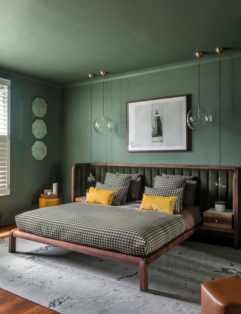 Tường sơn màu xanh lá cây kết hợp với sàn và giường màu nâu gợi lên nét duyên dáng, mộc mạc