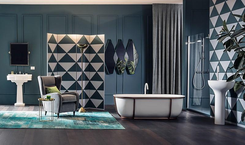 Bồn tắm được trang trí khung bằng đồng hình ống cho cảm giác sang trọng.