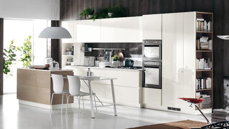 Căn bếp tuy nhỏ nhưng vẫn đảm bảo được sự hài hòa giữa vị trí người đứng nấu với 3 đỉnh tam giác vàng trong bếp gồm tủ lạnh, bếp và chậu rửa bát.