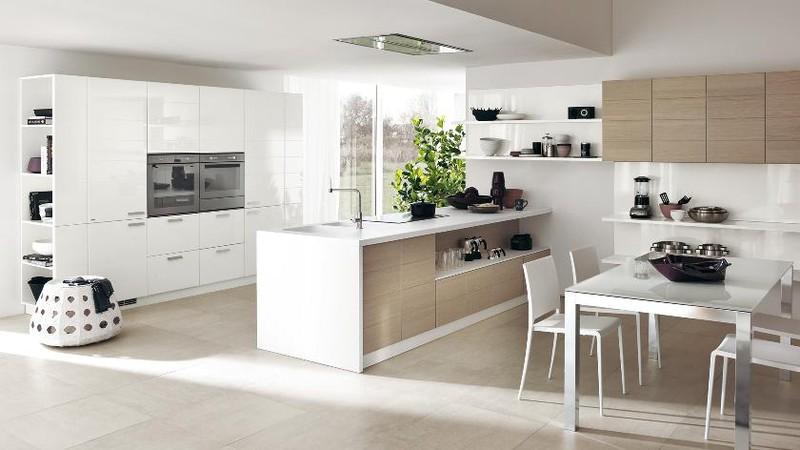 Tủ bếp màu trắng gần như trong suốt khi có ánh mặt trời chiếu vào.