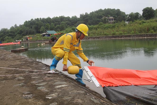 Xử lý ô nhiễm tại đầu nguồn nước sạch sông Đà. Ảnh: Lê Phú