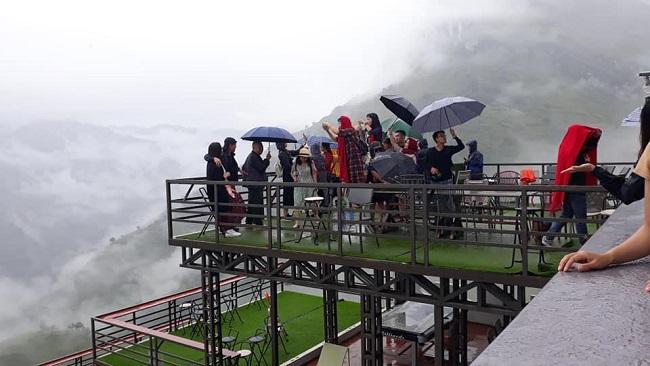 Khá nhiều du khách đến Mã Pì Lèng Panorama trước khi công trình này treo biển tạm dừng hoạt động