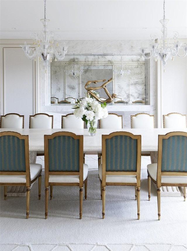 Sự xuất hiện của những lọ hoa tươi hay chậu cây xanh nhỏ giúp ích rất nhiều để mang đến sức sống cho cả căn phòng ăn