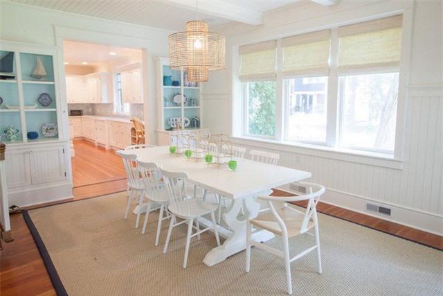 Những món phụ kiện không thế thiếu được trong phòng ăn chính là đèn trang trí và thảm trải sàn bạn cũng có thể dùng tạo điểm nhấn