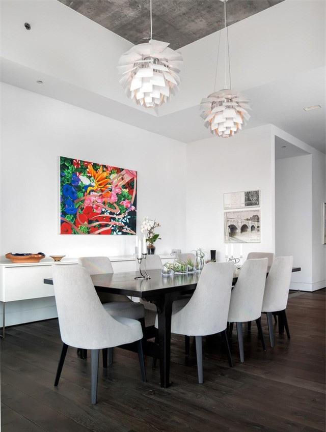 Bức tranh treo tường với sắc màu rực rỡ nghiễm nhiên trở thành tâm điểm của cả căn phòng