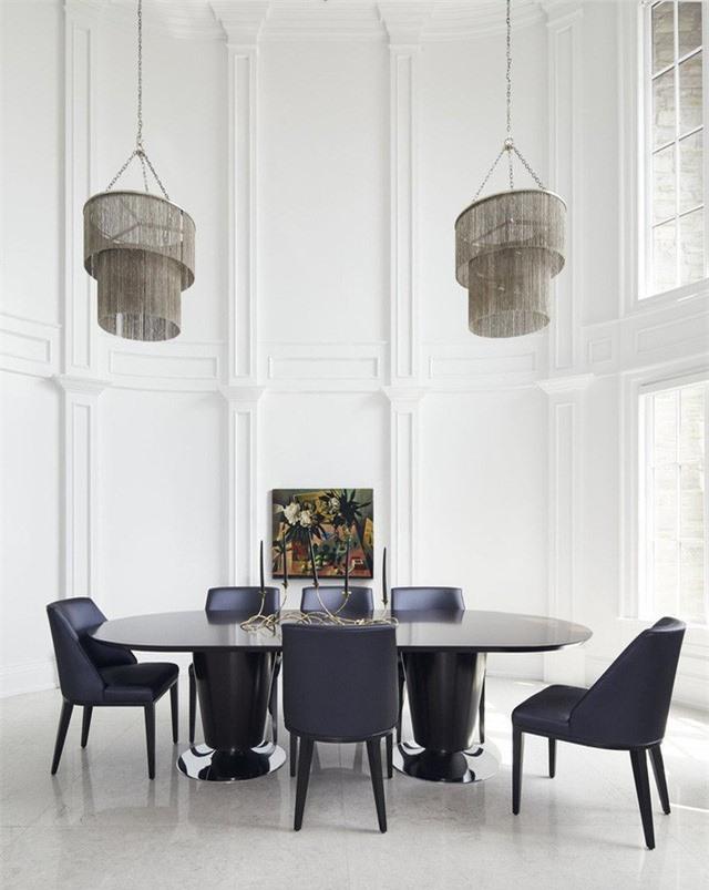 Bộ bàn ăn gia đình nổi bần bật trên nền trắng chủ đạo của căn phòng ăn