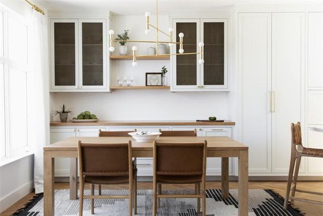 Căn phòng ăn của gia đình với sự kết hợp của gam màu trắng và chất liệu gỗ tự nhiên đem đến cảm giác vô cùng thân thiện, gần gũi