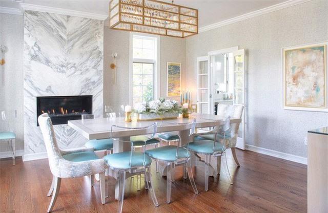 Sử dụng chất liệu đá cẩm thạch trắng là cách bạn làm cho căn phòng ăn đơn giản trở nên sang trọng hơn rất nhiều