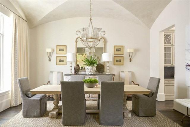 Đa phần, mọi người thường cho rằng với sắc trắng chủ đạo sẽ khiến căn phòng ăn trông đơn điệu, nhợt nhạt