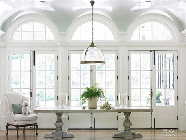 Tuy nhiên, thực tế lại cho chúng ta thấy rằng chỉ cần khéo léo trong cách trang trí là bạn sẽ có được căn phòng ăn vô cùng thanh lịch