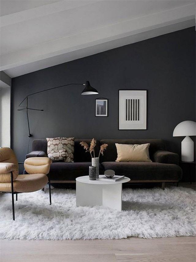 Đèn treo tường lớn với chao đèn làm tăng thêm sự ấm cúng cho phòng khách.