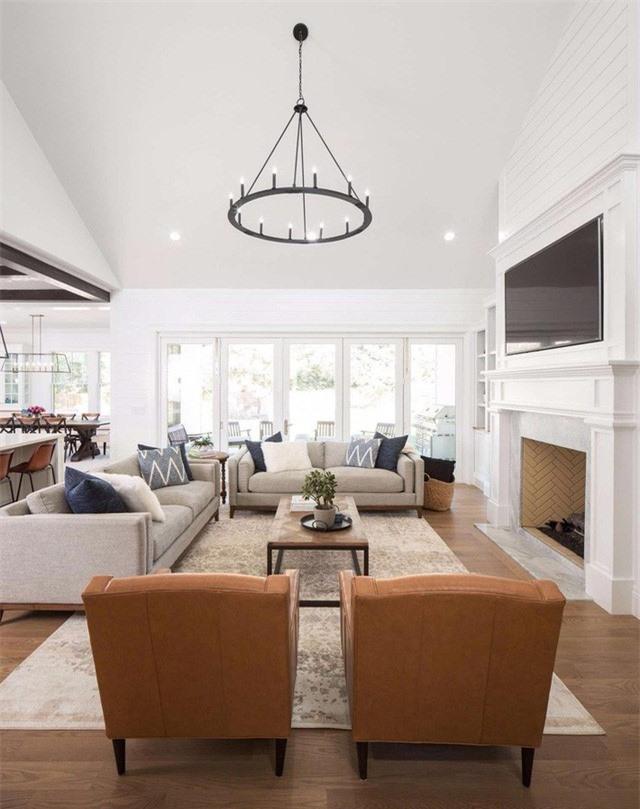 Đèn chùm màu đen kết hợp với đèn trần đơn giản để cung cấp đủ ánh sáng cho phòng khách