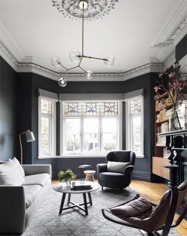Đèn chùm hiện đại có điểm gắn trần nhà là một ý tưởng tuyệt vời cho không gian phòng khách