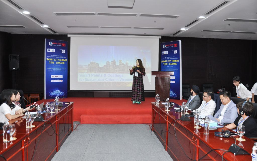 Bà Pamela Phua giới thiệu các giải pháp của Dulux Professional