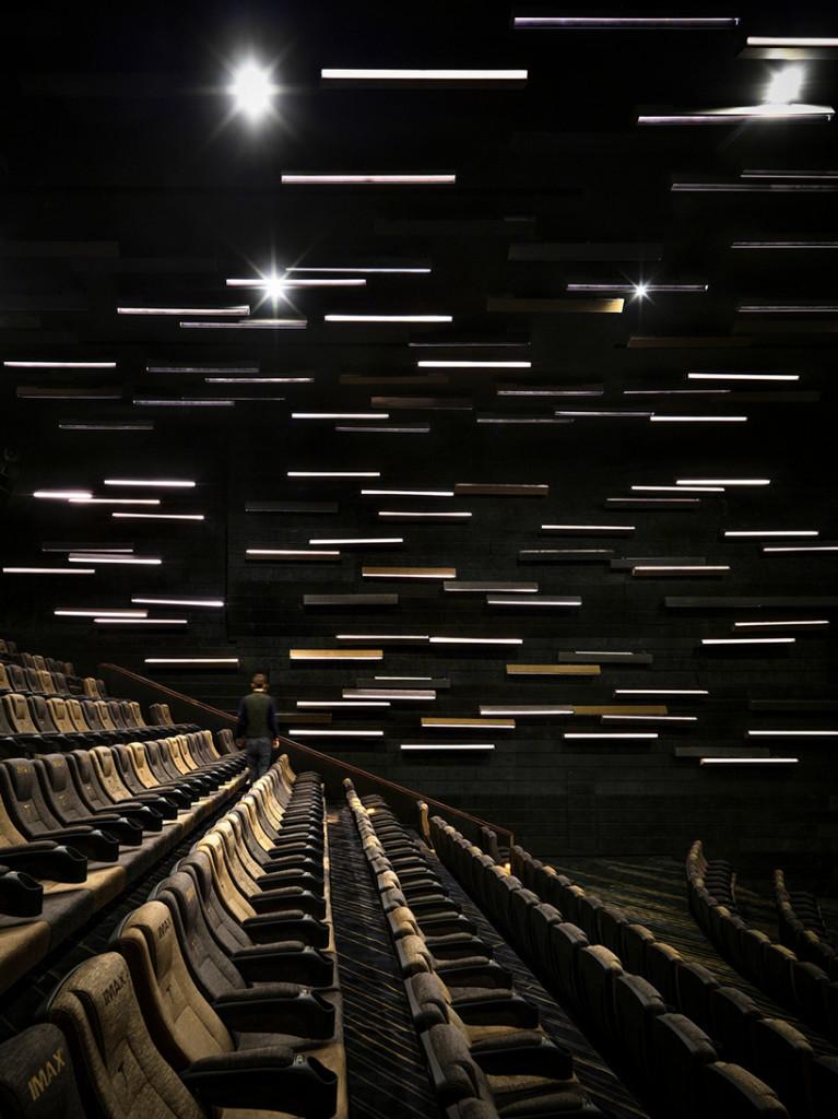 Những kiểu trang trí tường khác nhau đã được thiết kế trong toàn bộ rạp chiếu phim