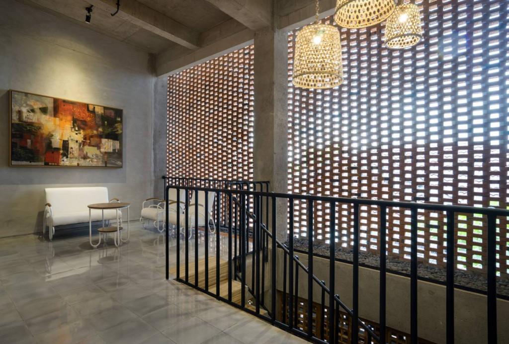 Giải pháp này cũng tạo ra những lỗ hổng đưa giúp đưa ánh sáng vào căn nhà những vẫn đảm bảo sự riêng tư cho gia chủ