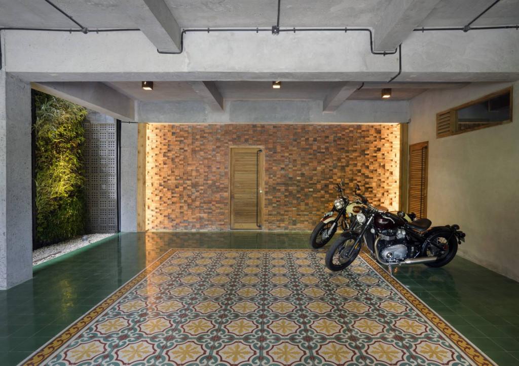 Khu vực chung nổi bật với gạch bông đậm chất Indonesia cùng với bức tường lạ mắt được tạo bằng gạch