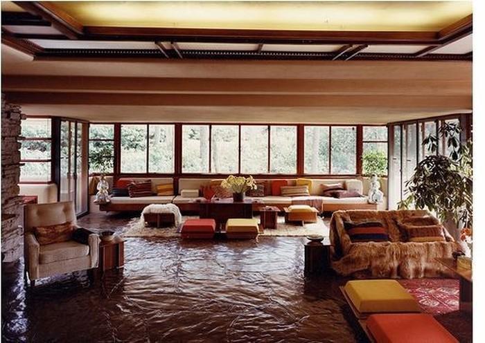 Sàn nhà, tường đá, đồ gỗ kết hợp tạo một cảm giác hoang sơ.