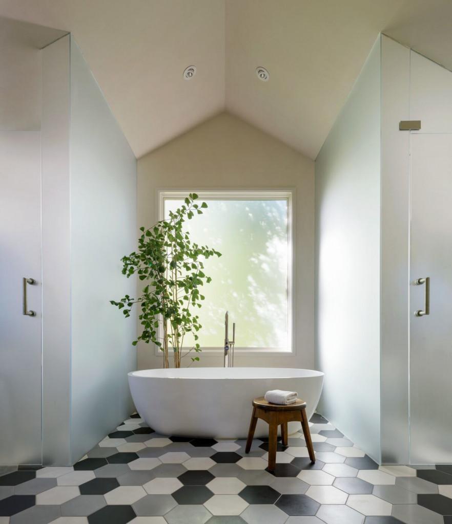 Căn phòng tắm nhỏ nhưng lại nơi mọi người muốn bước vào đầu tiên sau một ngày dài làm việc và học tập bên ngoài