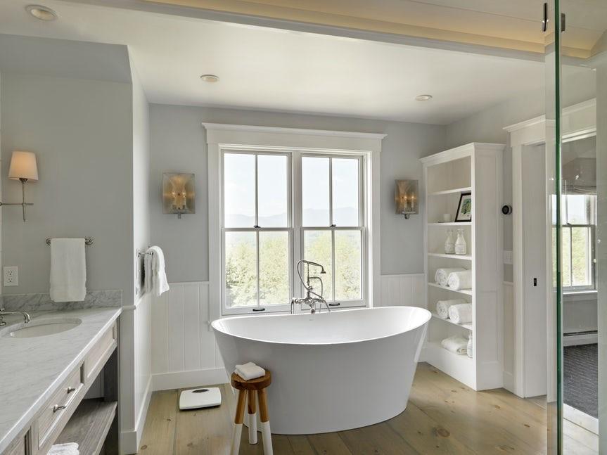 Những gam màu sáng không chỉ tạo ảo giác không gian phòng tắm rộng rãi hơn mà còn khiến tâm trạng người dùng thấy thoải mái hơn