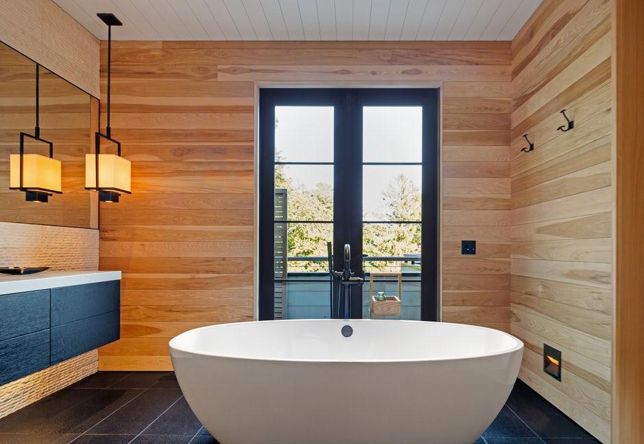 Chất liệu tự nhiên như gỗ cũng khiến người dùng cảm thấy dễ chịu hơn khi sử dụng phòng tắm