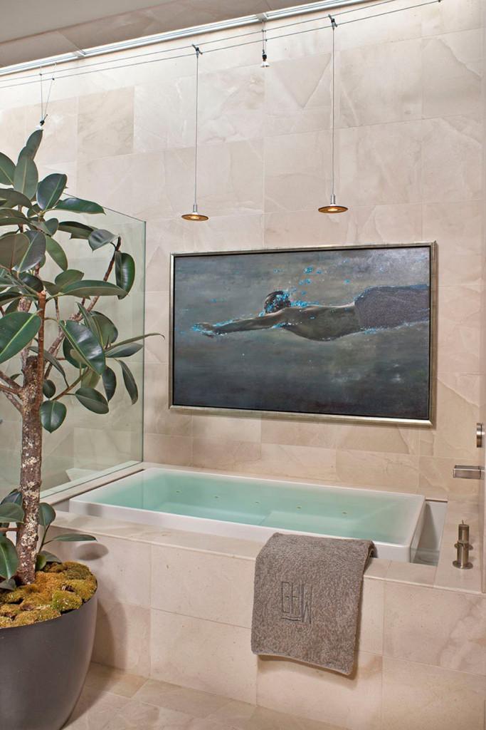 Đá cẩm thạch vừa đẹp vừa đem đến cảm giác mát mẻ cho căn phòng tắm của gia đình