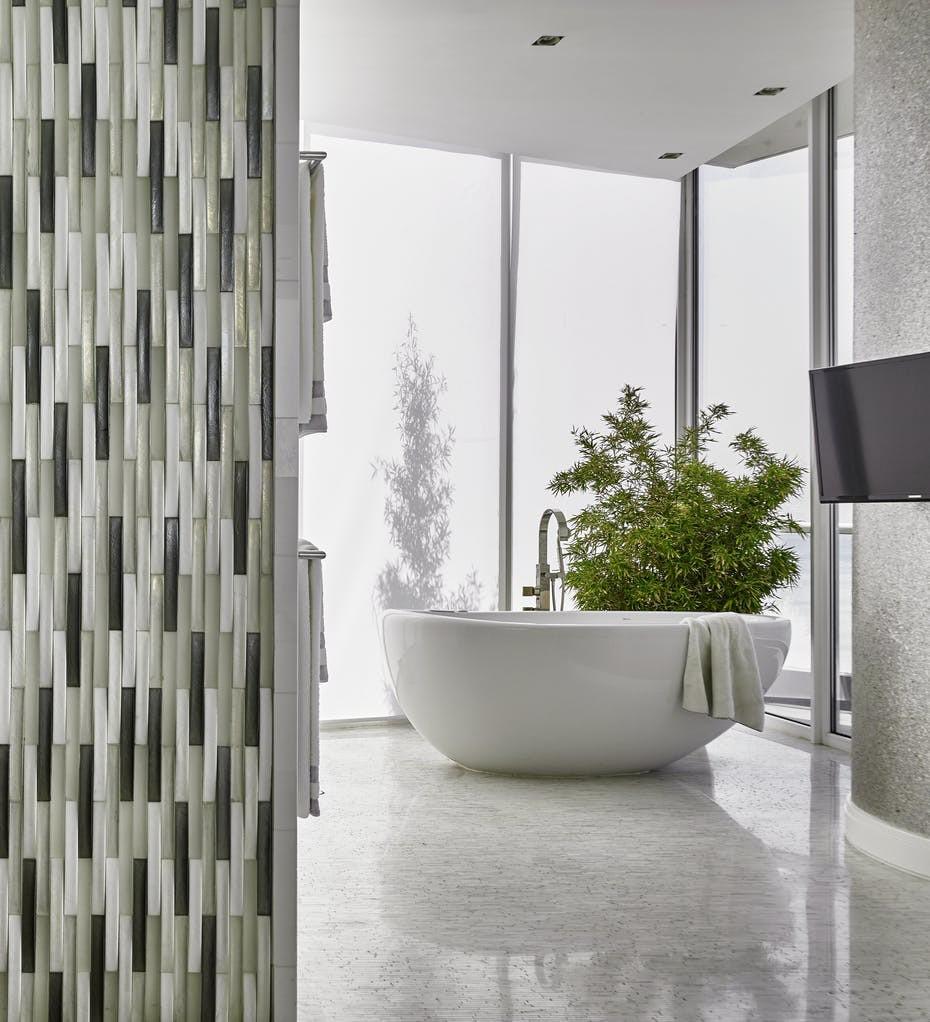 Cây xanh cũng là một yếu tố giúp không gian phòng tắm tươi mát, dễ chịu hơn