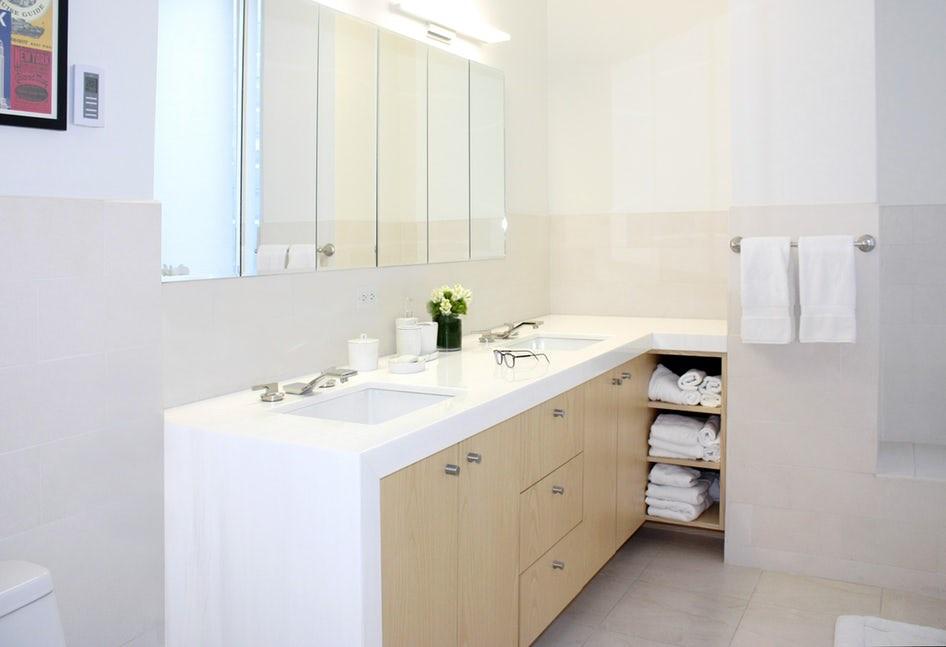 Nếu có diện tích phòng tắm nhỏ hẹp thì bạn có thể lựa chọn những chậu cây cảnh để bàn