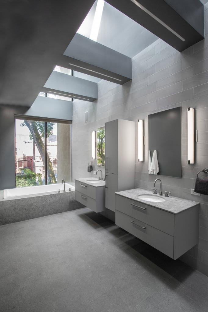 Ánh sáng tự nhiên sẽ khiến bạn thoải mái hơn là ánh sáng của đèn điện khi sử dụng phòng tắm