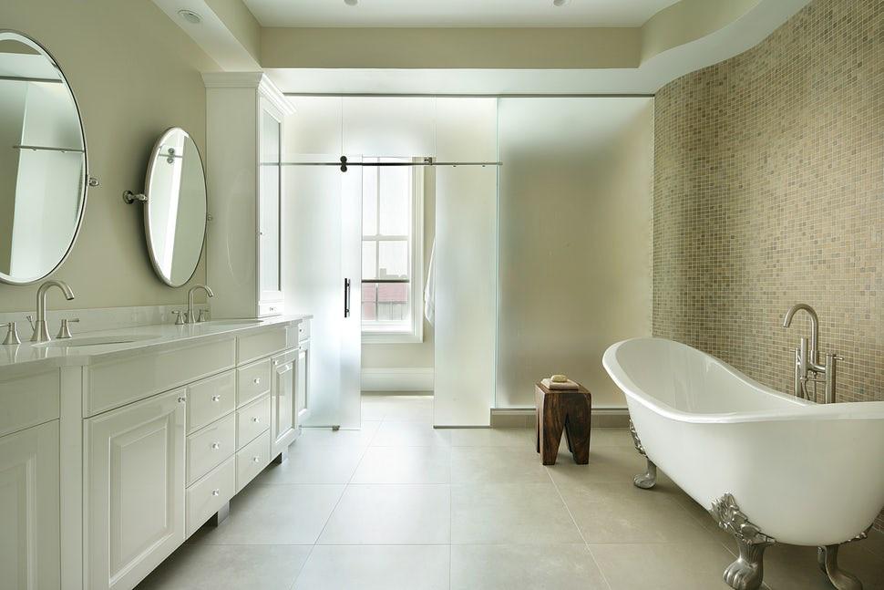 Để có được ánh sáng tự nhiên vào bên trong phòng tắm bạn nên lựa chọn thiết kế cửa kính