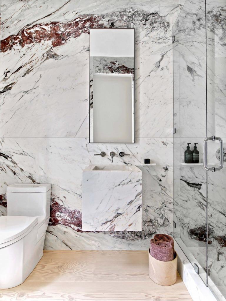 Những tấm gương treo tường cỡ lớn vừa có tác dụng phản sáng, vừa tạo ảo giác không gian phòng tắm rộng rãi hơn