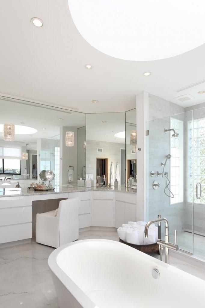 Sử dụng gương treo tường cỡ lớn luôn là lựa chọn thông minh cho những căn phòng tắm nhỏ