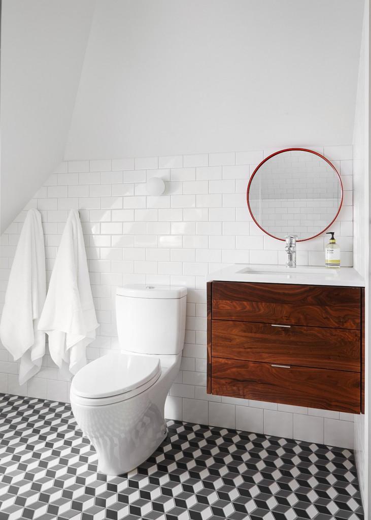 Căn phòng tắm nhỏ được thiết kế với sắc trắng chủ đạo vô cùng dễ chịu cho gia đình