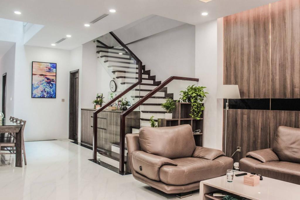 Để kết hợp với giếng trời, các kiến trúc sư thiết kế cho LongHouse thang 1 vế để lấy sáng cho căn nhà và đối lưu không khí
